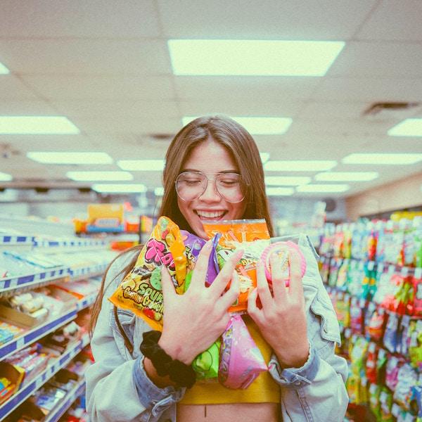 Eine junge DAme im Kaufrausch | Blue Tomato Gutschein