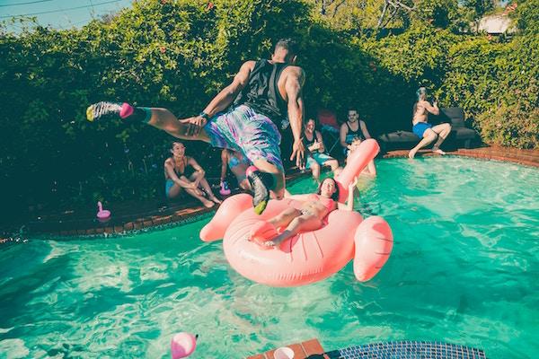 Eine Person die in einen Pool springt | Rabatt-Coupons