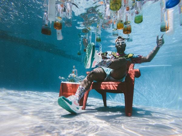 Eine Person unter Wasser   Rabatt-Coupon