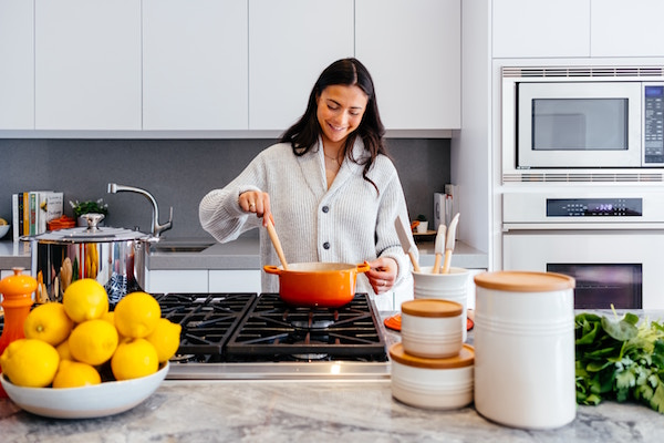 Eine hübsche Frau beim kochen   rabatt coupon