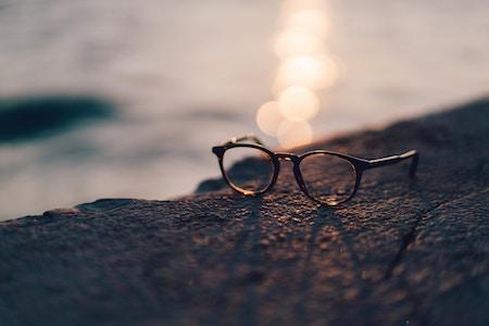 Eine Brille liegt auf einem Felsen | Rabatte Coupon