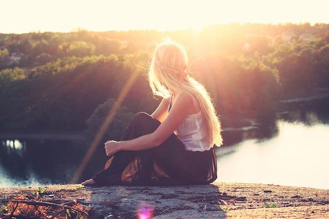 Eine Blondine in der Abendsonne | Nivea Gutschein