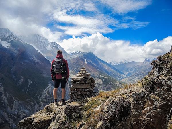 Ein Wanderer in den Bergen | Blue Tomato Gutschein