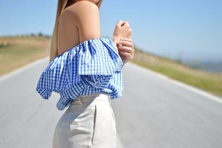 Eine Frau trägt eine schulterfreie Bluse | Rabatte Coupon