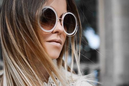 Eine Frau trägt eine große runde Sonnenbrille | Lensbest Gutschein