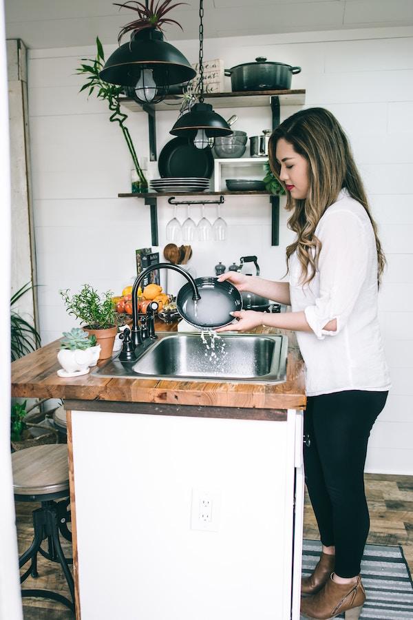 Eine Frau beim kochen | rabatt coupon