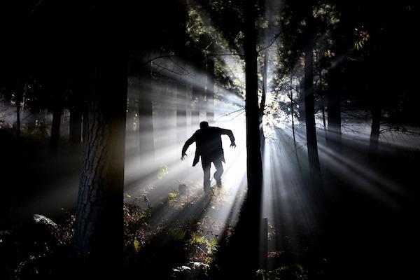 ein Mann im Wald | Horror Klinik Gutschein