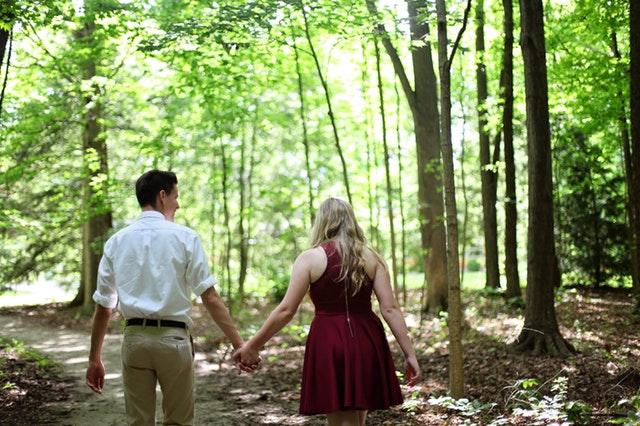 Paar spaziert im Wald