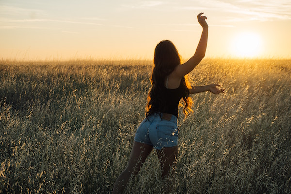 Eine junge Dame in einem Weizenfeld | rabattcoupons