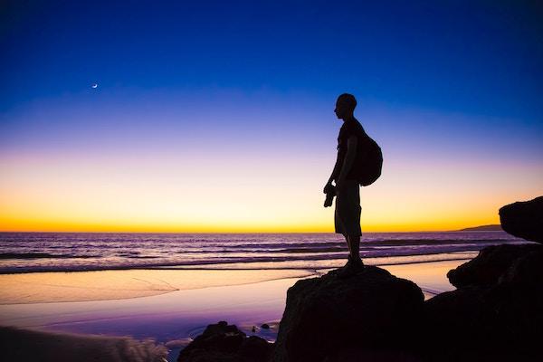 Ein Mann an der Meeresküste   Rabattcoupons