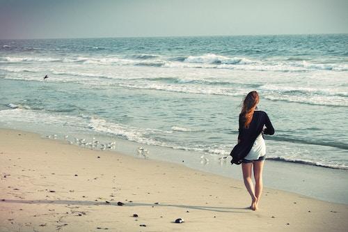 Eine junge Dame am Strand   Rabatte Coupon