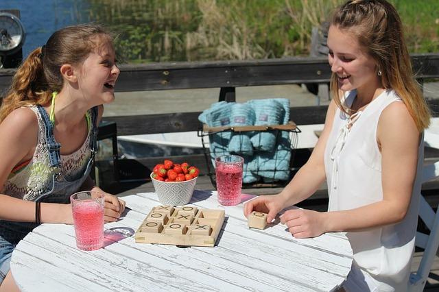 Zwei Mädchen haben Spaß beim Spielen | Thalia Gutschein