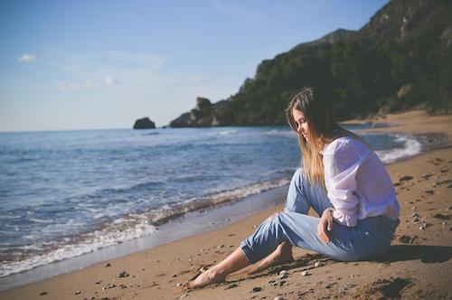 Eine junge Dame an der Küste   Rabattcoupon