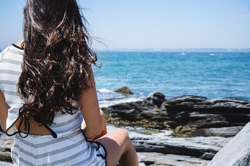 Eine junge Dame am Wasser   Rabattcoupons