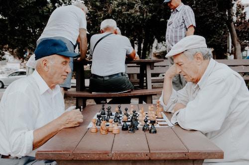 Zwei Rentner beim Schachspielen | Thalia Gutschein