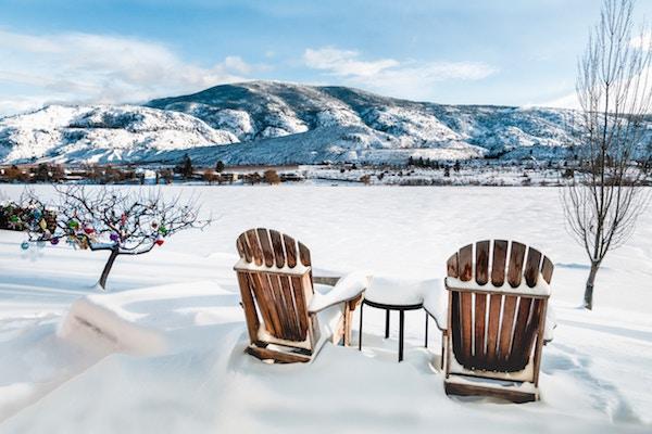 Schnee auf Holzmöbel