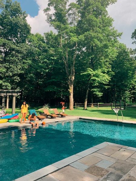 Familie fröhlich am Pool