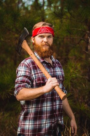 Ein Holzfäller mit Karohemd   Rabattcoupons