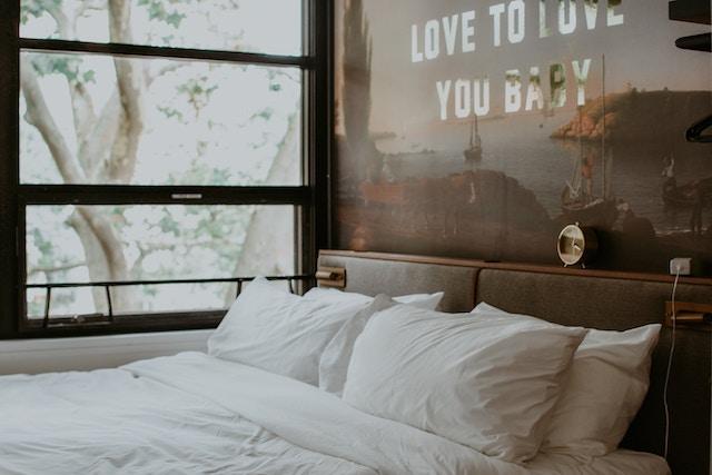 Ein Bett mit weißem Bezug | Rabatte Coupons
