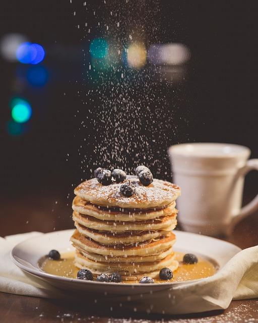 Viele Pfannkuchen übereinander mit Blaubeeren   rabattcoupon