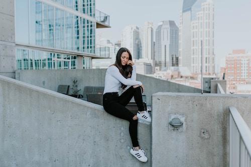 Eine Dame mit Adidas-Sneakers   Sarenza Gutschein