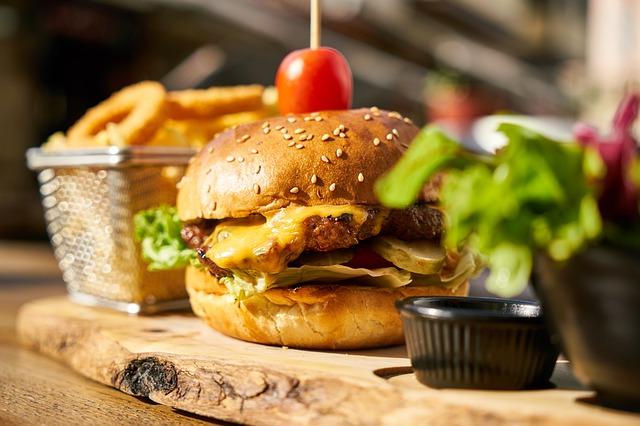 Ein Cheeseburger in der Nahaufnahme   Rabattcoupons
