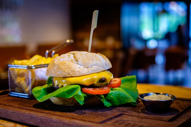 Ein Cheeseburger auf einer Servierplatte | Rabattcoupons