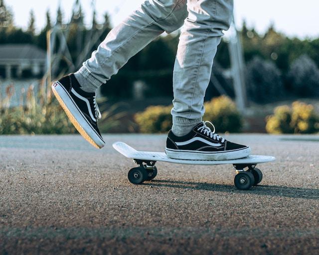 Ein Mann mit Vans auf einem Skateboard | Rabatte Coupons