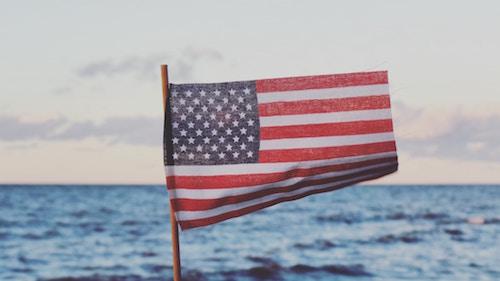 Die US-Flagge vor etwas Wasser | Rabattcoupons