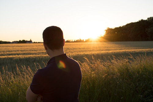 Ein Mann im Sonnenuntergang   Rabattcoupons