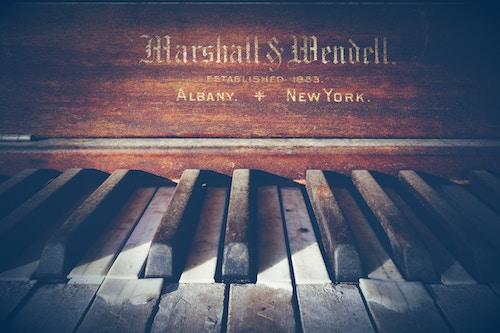 Ein Piano in Nahaufnahme | Rabattcoupons