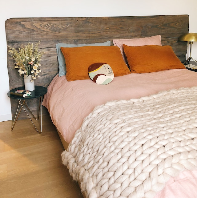 Ein Bett mit einer dicken Wolldecke | Rabatt Coupons