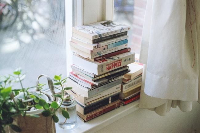 Bücher auf dem Fensterbrett | rabatte coupons