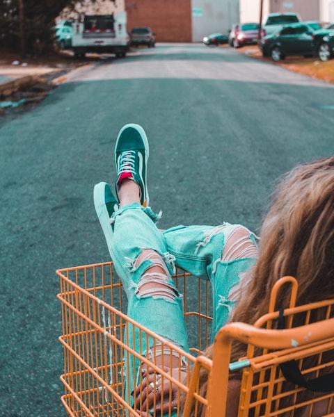 Mädchen im Einkaufswagen | Rabattcoupon