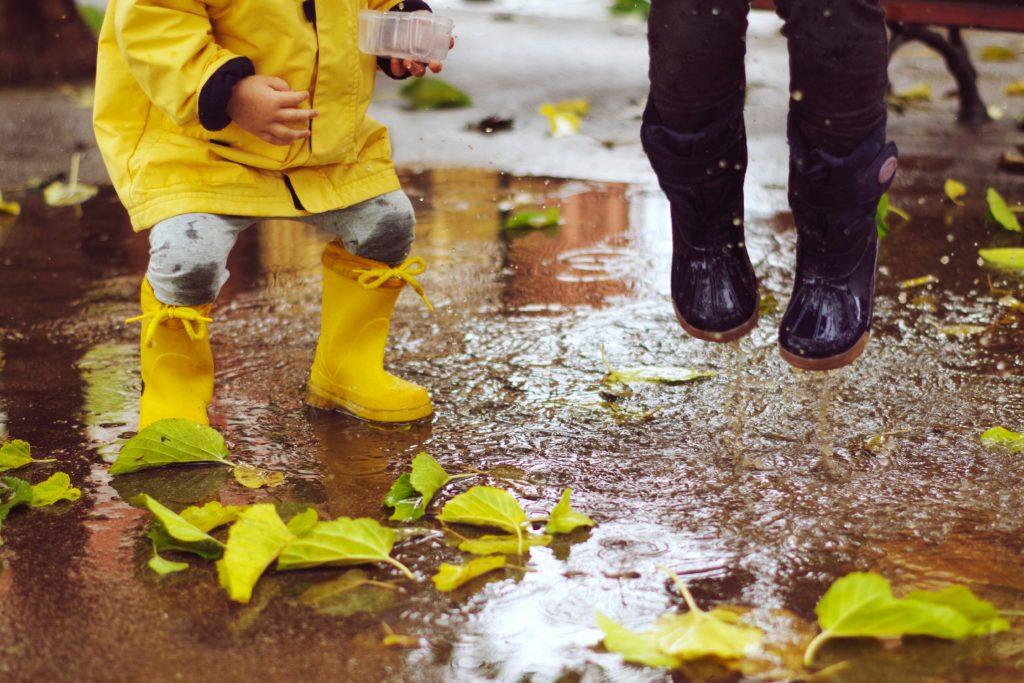 Zwei Kinder springen in die Pfütze | www.rabatt-coupon.com
