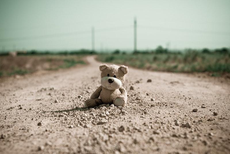 Einsamer Teddy auf einer verstaubten Straße   rabatte coupon
