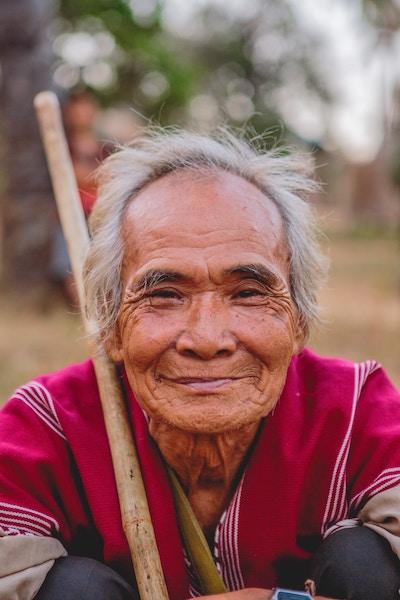 Asiatischer lachender Mann | Rabattcoupon