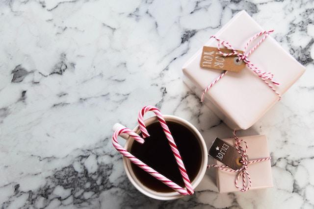 Kleine Weihnachtsgeschenke auf einem Tisch | rabatte coupons