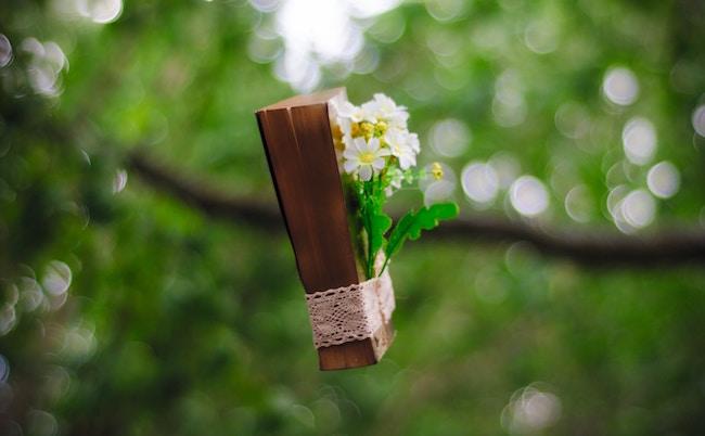 Ein braun eingebundenes Buch mit Blumen dran | rabatte coupons