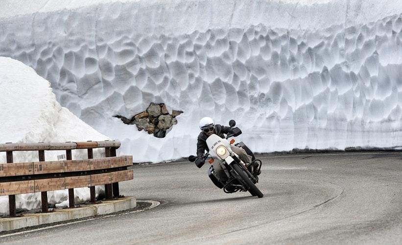 Motorradfahrer im Winter auf der Strasse
