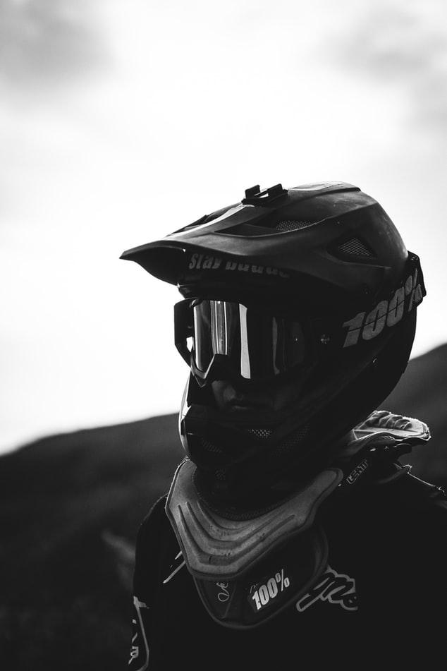 Motorradfahrer mit einem schwarzen Helm