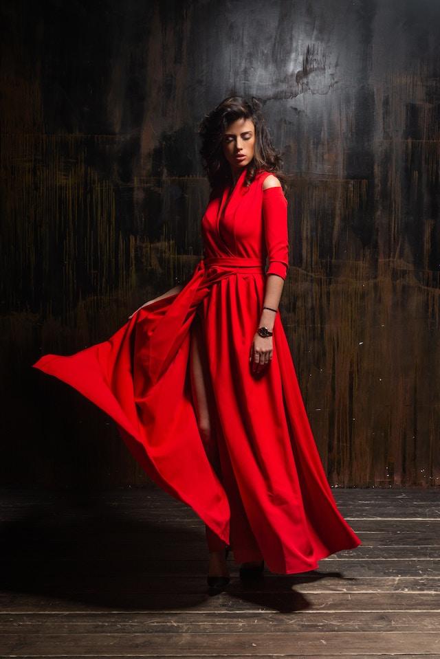 Eine Frau in einem roten Kleid | rabatte coupons