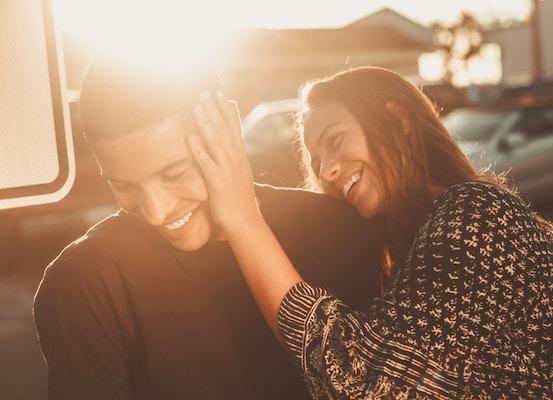 zärtlich umgehendes Paar | Rabattcoupon