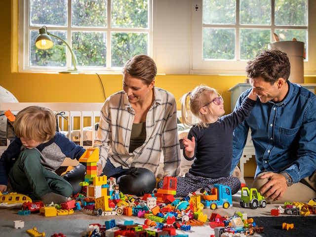 Familie spielt mit LEGO