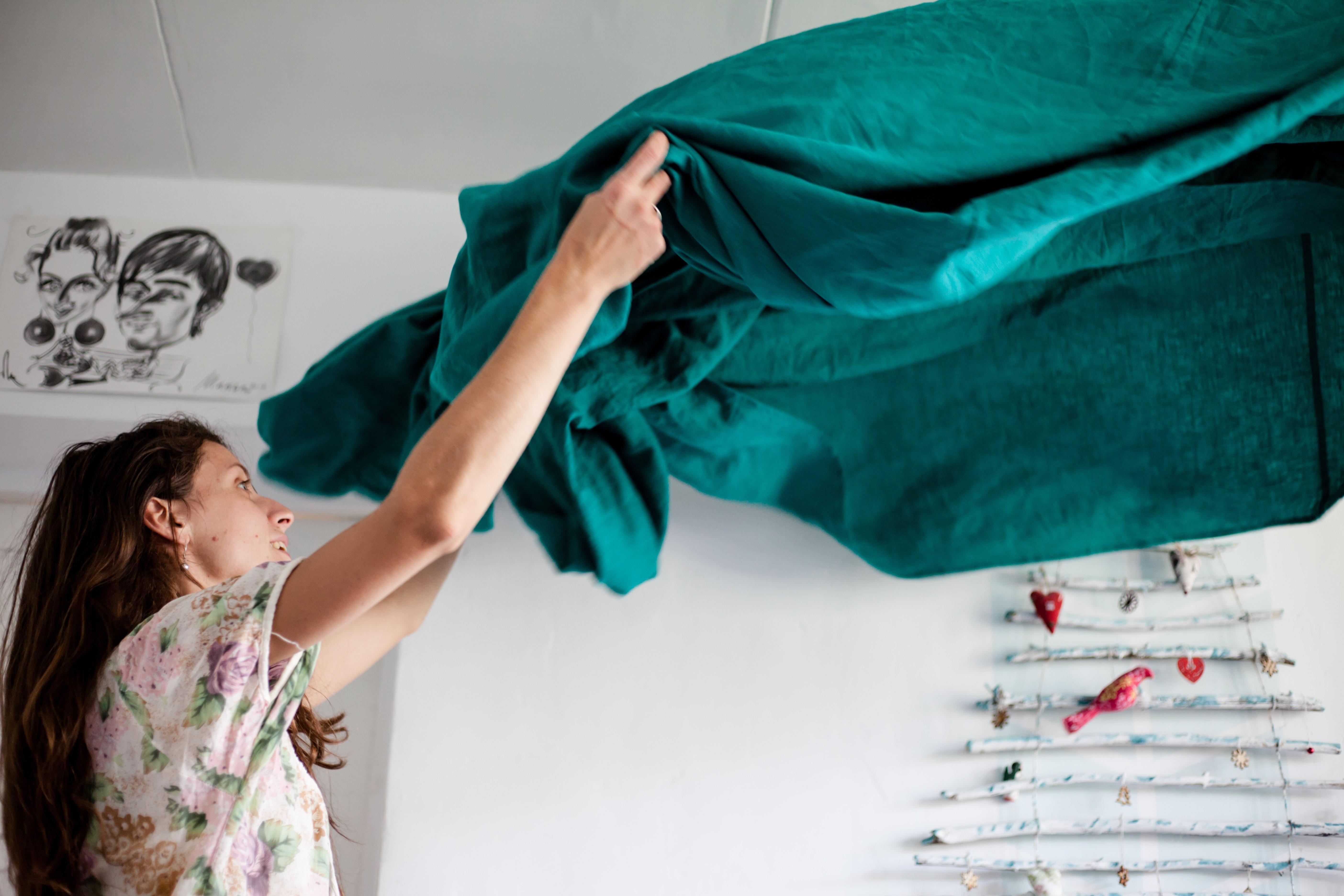 Frau beim Betten machen   www.rabatt-coupon.com