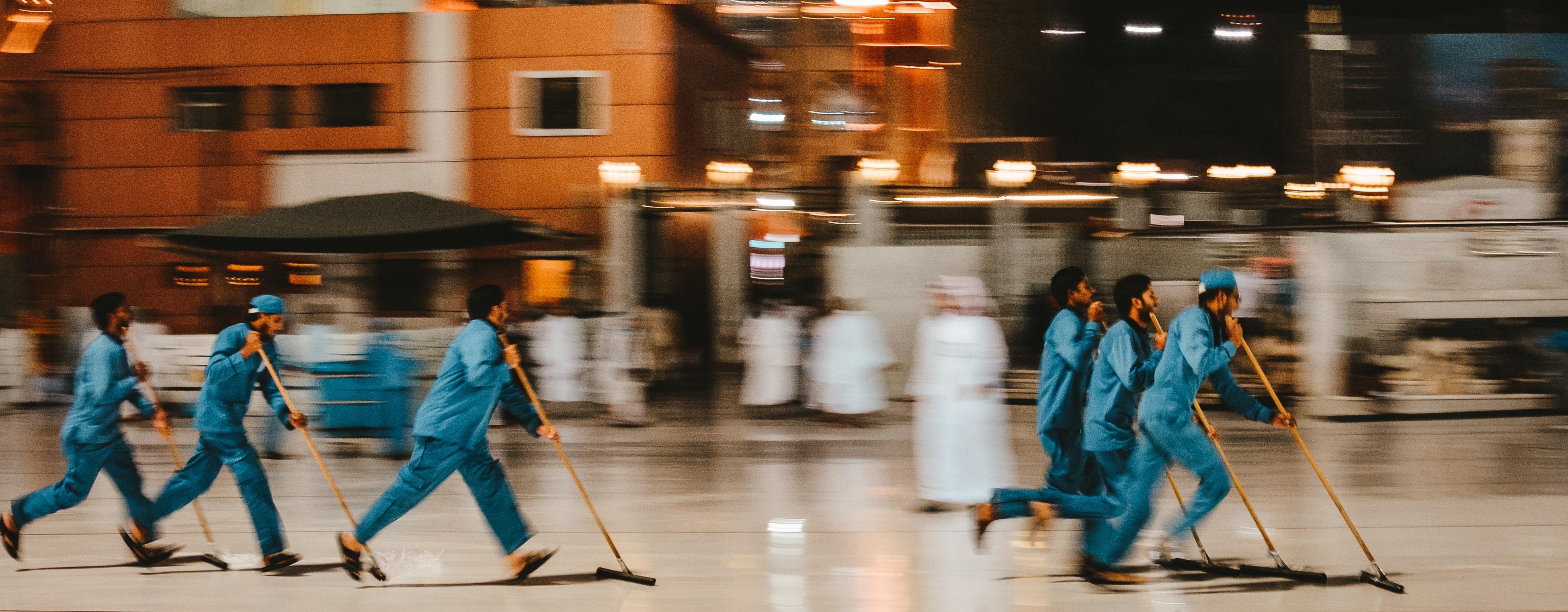 Männer, die eine Halle putzen | www.rabatt-coupon.com