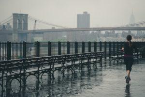 Joggen beim Regen   www.rabatt-coupon.com