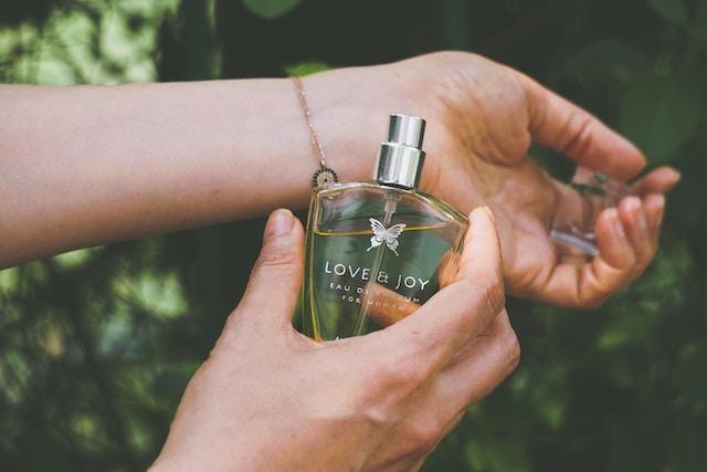 Ein Parfum wird am Handgelenk aufgetragen | rabatte coupons