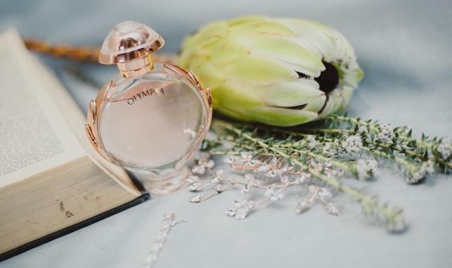 Eine Parfummarke mit einer Blume | rabatte coupons
