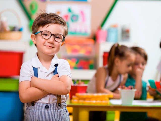 Lächelndes Kind mit Brille